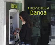 <p>BFA (Banco Financiero y de Ahorros), maison mère de Bankia, l'établissement au coeur des difficultés du système bancaire espagnol, annonce avoir finalement perdu 3,3 milliards d'euros en 2011 et non pas dégagé un bénéfice de 41 millions. /Photo prise le 28 mai 2012/REUTERS/Sergio Perez</p>