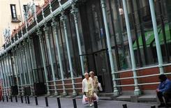 <p>Les ventes au détail ont enregistré leur vingt-deuxième baisse consécutive en avril en Espagne. Chutant de 9,8% sur un an après un recul de 3,8% en mars, elles ont connu le mois dernier leur repli le plus marqué depuis l'instauration de cette série statistique en 2003. /Photo d'archives/REUTERS/Susana Vera</p>