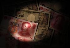 <p>Le Japon et la Chine commenceront à échanger directement leurs devises à Tokyo et Shanghai à partir du 1er juin, une initiative qui vise à renforcer les liens commerciaux et financiers entre les deux plus grandes économies d'Asie et qui représente une petite avancée vers l'internationalisation du yuan. /Photo prise le 29 mai 2012/REUTERS/Issei Kato</p>