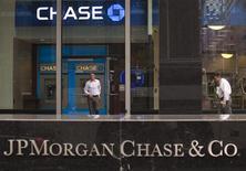 <p>Le titre JPMorgan Chase figure au rang des valeurs à suivre ce mardi sur les marchés américains, après que la banque a vendu pour quelque 25 milliards de dollars de titres rentables -comme par exemple des obligations d'entreprise- dans l'espoir d'amoindrir l'effet dans ses comptes de la perte de trading de quelque deux milliards de dollars annoncée il y a une vingtaine de jours. /Photo prise le 14 mai 2012/REUTERS/Eduardo Munoz</p>