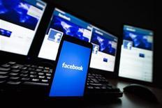<p>Facebook discuterait, selon des rumeurs de marché, d'une acquisition de l'éditeur de logiciels norvégien Opera, numéro un mondial sur le segment des navigateurs pour téléphones mobiles. Le titre Opera bondissait de plus de 15% mardi en fin de matinée à la suite de ces rumeurs. /Photo prise le 16 mai 2012/REUTERS/Valentin Flauraud</p>