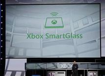 <p>Mar Whitten, jefe del proyecto XBox Live, durante la presentación de la aplicación SmartGlass en la feria tecnológica E3 en Los Angeles, jun 4 2012. Microsoft Corp presentó el lunes una nueva aplicación de software para conectar la videoconsola Xbox a tabletas y teléfonos inteligentes, convirtiendo a los dispositivos portátiles en una segunda pantalla de juego y entretenimiento. REUTERS/Fred Prouser</p>