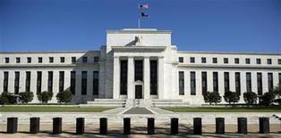 """<p>Imagen de archivo del edificio de la Reserva Federal en Washington, abr 3 2012. El crecimiento económico en Estados Unidos repuntó en los últimos dos meses y la contratación de personal mostró señales de un """"modesto incremento"""", dijo el miércoles la Reserva Federal en un informe que contrasta con el creciente pesimismo sobre la marcha de la economía del país. REUTERS/Joshua Roberts</p>"""