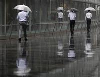 <p>Dans une rue de Tokyo. L'économie japonaise a progressé de 1,2% d'un trimestre sur l'autre au cours des trois premiers mois de l'année (contre 1,0% lors de la précédente estimation), selon les chiffres publiés par le gouvernement. /Photo d'archives/REUTERS/Yuriko Nakao</p>