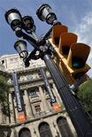 """<p>Devant le siège de la banque Catalunya Caixa, à Barcelone. L'Espagne fera """"rapidement"""" une demande officielle à ses partenaires de la zone euro pour une aide pouvant atteindre jusqu'à 100 milliards d'euros, ont indiqué samedi les 17 ministres des Finances de la zone euro dans un communiqué. /Photo prise le 9 juin 2012/REUTERS/Albert Gea</p>"""
