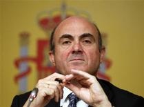 <p>L'Espagne a l'intention de solliciter une aide financière pour consolider son secteur bancaire, a déclaré samedi son ministre de l'Economie, Luis de Guindos, en ajoutant que les fonds seraient versés aux banques par l'intermédiaire du Fonds de restructuration bancaire espagnol (Frob). /Photo prise le 9 juin 2012/REUTERS/Paul Hanna</p>