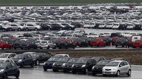 <p>Selon l'enquête de la publication spécialisée La Lettre VN Auto K7, les commandes de voitures neuves en France ont rechuté en mai après s'être stabilisées deux mois durant, en raison des nombreux jours fériés et d'une demande toujours amorphe. /Photo d'archives/REUTERS/Pascal Rossignol</p>