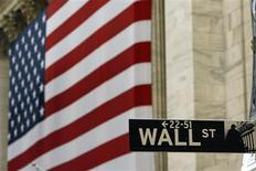 <p>L'espoir suscité par le résultat des élections en Grèce n'a même pas tenu jusqu'à l'ouverture de Wall Street, qui a entamé la semaine en baisse lundi sur fond d'inquiétudes croissantes pour la situation financière de l'Espagne et de l'Italie. Une dizaine de minutes après l'ouverture, le Dow Jones reculait de 0,31%. Le Standard & Poor's perdait 0,26% et le Nasdaq abandonnait 0,14%. /Photo d'archives/REUTERS/Lucas Jackson</p>