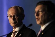 """<p>Le président du Conseil européen Herman Van Rompuy aux côtés du président de la Commission européenne Jose Manuel Barroso, à Los Cabos, à l'occasion de la réunion du G20 au Mexique. Selon le projet de communiqué final lu à Reuters par une source du G20, les membres de la zone euro sont invités à s'engager à """"prendre toutes les mesures politiques nécessaires pour préserver l'intégrité et la stabilité de la zone euro, y compris en matière de fonctionnement des marchés financiers et en brisant la boucle qui lie les Etats souverains et les banques"""". /Photo prise le 18 juin 2012/REUTERS/Henry Romero</p>"""