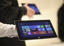 """<p>Microsoft a lancé sa propre ligne de tablettes tactiles, commercialisées sous le nom de """"Surface"""" et destinées à concurrencer l'iPad d'Apple et les ordinateurs portables les plus légers. /Photo prise le 18 juin 2012/REUTERS/David McNew</p>"""