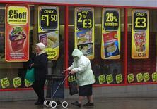 <p>L'inflation en Grande-Bretagne a reculé de façon inattendue en mai à un plus bas de deux ans et demi en raison d'un ralentissement dans la hausse des prix de l'alimentation et des carburants. L'Office national des statistiques (ONS) a annoncé mardi que, sur un an, l'inflation était retombée à 2,8%. /Photo d'archives/REUTERS/Phil Noble</p>