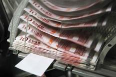 <p>Le gouvernement envisage une taxe de 3% sur les dividendes dans le cadre d'un budget rectificatif. Elle n'aura aucun impact budgétaire net car elle doit exactement compenser la suppression d'un autre prélèvement jugé illégal par la justice européenne. /Photo d'archives/REUTERS/Thierry Roge</p>