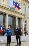 <p>Angela Merkel et François Hollande sur le perron de l'Elysée après un tête-à-tête pour préparer le sommet européen de jeudi et vendredi à Bruxelles. Seul un compromis entre la France et l'Allemagne permettra de déboucher à Bruxelles sur un accord susceptible de stabiliser la crise de la dette dans la zone euro. /Photo prise le 27 janvier 2012/REUTERS/Philippe Wojazer</p>
