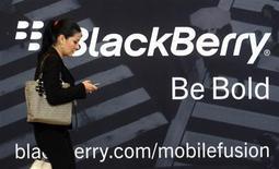<p>Le canadien Research in Motion (RIM) a publié jeudi soir sa première perte d'exploitation en huit ans (192 millions de dollars ou 154 millions d'euros, soit un chiffre plus élevé que prévu) au titre du trimestre clos le 2 juin et a reporté au début de l'année prochaine la commercialisation de sa nouvelle génération de smartphones BlackBerry 10. /Photo prise le 1er mai 2012/REUTERS/David Manning</p>