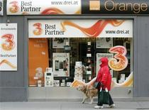 <p>La Commission européenne a ouvert une enquête approfondie sur l'achat de l'opérateur mobile Orange Autriche, filiale de France Télécom, par la société de Hong Kong Hutchison 3G. /Photo prise le 3 février 2012/REUTERS/Heinz-Peter Bader</p>