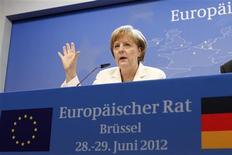<p>La chancelière allemande Angela Merkel à Bruxelles au lendemain de l'accord obtenu par les dirigeants de la zone euro sur une supervision commune de leurs banques et des mesures d'urgence pour enrayer la hausse des taux d'intérêt auxquels des Etats-membres doivent emprunter sur les marchés. /Photo prise le 29 juin 2012/REUTERS/Sebastien Pirlet</p>