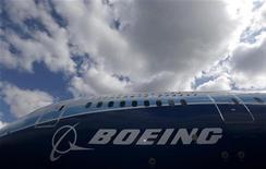 <p>Boeing devrait prendre sa revanche sur Airbus au salon aéronautique de Farnborough la semaine prochaine, grâce à la version remotorisée de son monocouloir vedette, le B737MAX, un an après le raz-de-marée de commandes engrangé par l'avionneur européen au salon du Bourget. /Photo d'archives/REUTERS/Phil Noble</p>