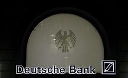 <p>Deux cadres de Deutsche Bank ont été suspendus après une enquête réalisée par un cabinet d'audit externe à la banque allemande, selon le magazine allemand Der Spiegel. Dans un rapport trimestriel, la banque dit avoir été citée à comparaître par les autorités américaines et européennes dans le cadre des investigations sur des présomptions de manipulation du Libor par des banques. /Photo d'archives/REUTERS/Kai Pfaffenbach</p>