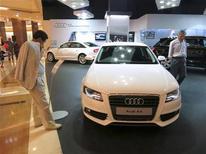 <p>Audi A4 exposée dans un centre commercial de Djakarta. La marque haut de gamme de Volkswagen a continué à réduire son retard sur sa rivale BMW en juin, grâce à une hausse de 13,1% de ses ventes avec 133.050 véhicules. /Photo prise le 23 juin 2012/REUTERS/Beawiharta</p>