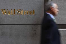 <p>La Bourse de New York a ouvert pratiquement inchangée lundi. Après quelques minutes d'échanges, le Dow Jones perdait 0,08% et le Standard & Poor's 0,03% tandis que le Nasdaq gagnait 0,09%. Wall Street avait terminé la semaine dernière sur deux clôtures négatives d'affilée, déçue notamment par les chiffres de l'emploi en juin aux Etats-Unis. /Photo d'archives/REUTERS/Eric Thayer</p>