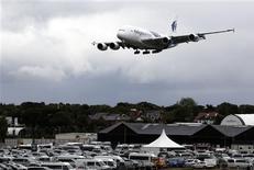 """<p>Le président d'Airbus Fabrice Brégier reconnaît que son concurrent Boeing """"essaie de revenir"""" et adopte une politique de prix agressive mais il estime que son entreprise """"gard(e) le cap"""". /Photo prise le 9 juillet 2012/REUTERS/Luke MacGregor</p>"""