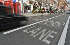 <p>Le nombre de chômeurs au Royaume-Uni a reculé entre le mois de mars et le mois de mai, les Jeux Olympiques de Londres ayant créé des emplois, un répit bienvenu pour l'économie britannique. /Photo prise le 17 juillet 2012/REUTERS/Toby Melville</p>