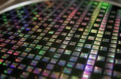 <p>STMicroelectronics avance de 1,05% à la mi-séance à la Bourse de Paris, dans la foulée des résultats meilleurs que prévu publiés par le néerlandais ASML, spécialiste des machines de gravure des semi-conducteurs et malgré la nouvelle perte affichée par sa coentreprise ST-Ericsson. /Photo d'archives/REUTERS/Richard Chung</p>