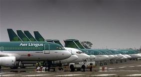 <p>La compagnie aérienne Aer Lingus a de nouveau appelé mercredi ses actionnaires à rejeter la nouvelle offre de rachat de 694 millions d'euros formulée par Ryanair, disant s'attendre à ce que les autorités européennes de la concurrence continuent de bloquer l'opération. /Photo d'archives/REUTERS/Paul McErlane</p>