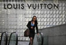 <p>Foto de archivo de una mujer a la salida de una tienda de lujo de Louis Vuitton en Shanghái, jun 4 2012. Louis Vuitton está cortejando a los ricos en China con el diseño exclusivo de zapatos y bolsos que califica de obras de arte únicas para reivindicar su prestigio en el mercado del lujo. REUTERS/Carlos Barria</p>