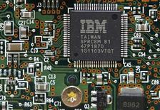 <p>Les bénéfices d'International Business Machines (IBM) ressortent meilleurs qu'attendu au titre de son deuxième trimestre et le groupe a relevé ses prévisions annuelles. /Photo d'archives/ REUTERS/Gleb Garanich</p>