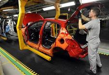 <p>PSA Peugeot Citroën, qui vient d'annoncer 8.000 suppressions d'emplois en France, va devoir réduire cette année ses investissements et s'appuyer sur son partenaire General Motors pour poursuivre un développement qu'il n'est plus capable de financer seul. La direction assure que la survie de l'entreprise n'est pas en jeu car elle dispose d'un matelas financier d'une dizaine de milliards d'euros, mais la question se pose à plus long terme si le groupe n'est plus en mesure d'investir pour rester dans la course à l'innovation. /Photo d'archives/REUTERS/Radovan Stoklasa</p>
