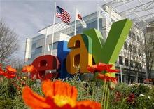 <p>Foto de archivo de la casa matriz de eBay en San Jose, EEUU, feb 25 2010. Las acciones de eBay Inc treparon el jueves hasta un 10 por ciento debido a que varios operadores elevaron el precio objetivo del título, luego que una expansión de la firma en el mercado online y en el servicio de pago PayPal le permitiera reportar ganancias trimestrales mayores a lo esperado. REUTERS/Robert Galbraith</p>