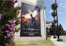 """<p>Un afiche de la cinta """"The Dark Knight Rises"""" en los estudios Warner Bros en Burbank, EEUU, jul 20 2012. El estudio Warner Bros dijo el lunes que su película """"The Dark Knight Rises"""" recaudó 160,8 millones de dólares en la taquilla de Estados Unidos y Canadá durante el fin de semana de debut, afectado por un tiroteo durante una función que dejó una docena de muertos. REUTERS/Fred Prouser</p>"""