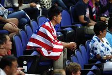 <p>Foto del sábado de un estadounidense viendo las pruebas de clasificación de gimnasia en los Juegos Olímpicos de Londres. Jul 28, 2012. REUTERS/Brian Snyder</p>