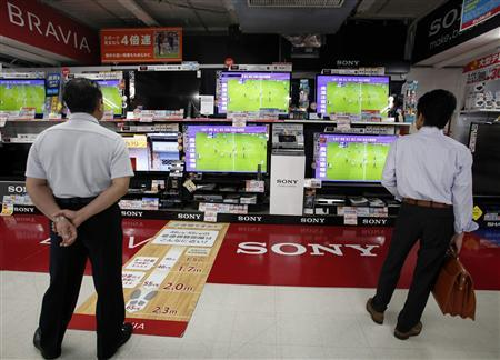 People look at Sony Corp's Bravia televisions displayed at an electronics store in Tokyo August 2, 2012. REUTERS/Yuriko Nakao