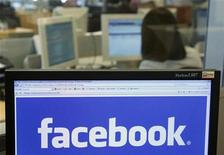 <p>Foto de archivo del logo de Facebook visto en la pantalla de un ordenador en Bruselas, abr 21 2010. Facebook permitirá a sus usuarios en Reino Unido jugarse dinero real en sus servicios, abriendo la puerta a las apuestas por primera vez ahora que se modera el crecimiento de la primera red social del mundo. REUTERS/Thierry Roge</p>