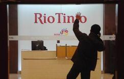<p>Le groupe minier Rio Tinto a enregistré une baisse de 34% de son bénéfice au premier semestre, plombé par la baisse des prix du minerai de fer. /Photo d'archives/REUTERS</p>