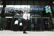 <p>La décision du régulateur bancaire de New York de poursuivre Standard Chartered, soupçonnée de transactions dissimulées avec l'Iran, a provoqué surprise et colère au sein du Département du Trésor et de la Réserve fédérale car les autorités fédérales américaines négociaient déjà à l'amiable avec la banque britannique, selon des sources proches du dossier. /Photo prise le 7 août 2012/REUTERS/Olivia Harris</p>