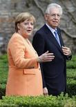 <p>Mario Monti, ici aux côtés de la chancelière allemande Angela Merkel, ose désormais tenir tête à l'Allemagne d'une manière inimaginable il y a quelques mois encore. Ce changement d'attitude du président du Conseil italien s'explique par l'exaspération croissante des autorités italiennes face aux atermoiements de l'Europe dans sa réponse à l'envolée des taux d'emprunt consentis par Rome et Madrid sur les marchés obligataires. /Photo prise le 4 juillet 2012/REUTERS/Max Rossi</p>