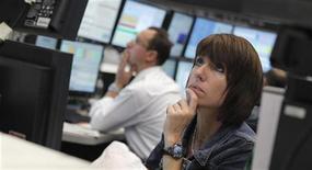 <p>Les Bourses européennes effacent leurs gains en fin de matinée jeudi, les marchés étant nerveux dans l'attente de mesures de soutien énergique de la Banque centrale européenne aux pays fragiles de la zone euro. A 10h50, le CAC 40 recule de 0,01%. Londres cède 0,07%, Francfort perd 0,33% et Milan 0,37%. /Photo prise le 24 juillet 2012/REUTERS/Alex Domanski</p>