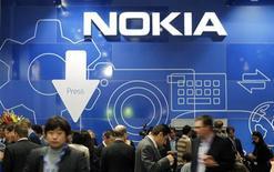 <p>Nokia a accepté de vendre sa plate-forme de logiciels Qt au finlandais Digia dans le cadre de son plan visant à se séparer de ses actifs les moins stratégiques. Les deux entreprises n'ont pas dévoilé le montant de l'opération. /Photo prise le 28 février 2012/REUTERS/Albert Gea</p>