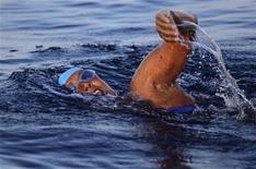 <p>La nageuse américaine Diana Nyad, qui fêtera mercredi ses 63 ans, s'est lancée dans les eaux du détroit de Floride samedi, pour tenter de relier la côte nord de l'île de Cuba à la Floride. Cette nage de santé de plus de 160 kilomètres devrait durer 60 heures. /Photo d'archives/REUTERS/Desmond Boylan</p>