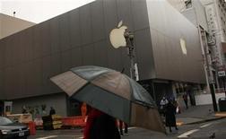 <p>Imagen de archivo de la tienda insigne de la firma Apple en San Francisco, mar 15 2012. Apple Inc alcanzó el lunes la mayor capitalización de mercado para una compañía estadounidense en la medición intradiaria, según datos del índice S&P 500 y el promedio industrial Dow Jones. REUTERS/Robert Galbraith</p>