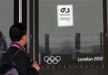 <p>G4S, qui s'est trouvé au coeur du fiasco en matière de sécurité des Jeux olympiques de Londres, va supprimer 1.100 emplois afin de compenser les 50 millions de livres (63 millions d'euros) perdus sur le contrat des JO. /Photo prise le 17 juillet 2012/REUTERS/Andrew Winning</p>