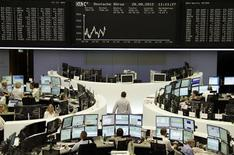 <p>Traders à Francfort. Les Bourses européennes restent en recul mardi à mi-séance, l'incertitude sur la croissance mondiale et l'attitude des grandes banques centrales incitant les investisseurs à la prudence. À Paris, l'indice CAC 40 recule de 0,53%, à Francfort, le Dax perd 0,36% et à Londres, le FTSE est stable. L'indice paneuropéen Eurostoxx 50 abandonne de son côté 0,37%. /Photo prise le 28 août 2012/REUTERS/Remote/Marte Kiessling</p>