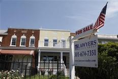 <p>Les prix des maisons individuelles aux Etats-Unis ont augmenté pour le cinquième mois consécutif en juin, enregistrant une hausse supérieure aux prévisions des analystes, ce qui laisse entendre que la reprise du marché immobilier américain est en voie d'accélération. /Photo prise le 21 août 2012/REUTERS/Jonathan Ernst</p>