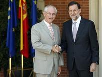 <p>Le président du Conseil européen Herman Van Rompuy (à gauche) et le président du gouvernement espagnol Mariano Rajoy ont tous deux estimé mardi que l'Europe devait de toute urgence progresser dans la voie d'une union bancaire. /Photo prise le 28 août 2012/REUTERS/Sergio Perez</p>