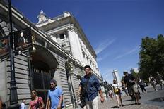 <p>Répétition du titre de la photo. / Devant le palais royal, à Madrid. La récession s'est creusée en Espagne au deuxième trimestre (avec une baisse de 0,4% du PIB) et le recul des dépenses des ménages s'est accentué, l'austérité mise en place pour réduire le déficit public pesant sur la consommation intérieure. /Photo prise le 28 août 2012/REUTERS/Juan Medina</p>