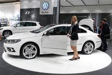 <p>Un modèle Volkswagen CC R-line présenté au salon AMI, à Leipzig, en Allemagne. Le groupe allemand a augmenté sa production de véhicules cet été alors que le continent souffre d'une surcapacité patente, au grand désarroi des constructeurs généralistes européens partagés désormais en deux camps: ceux qui ont le vent en poupe, et les autres, tels Fiat, Peugeot-Citroën, Renault et Opel. /Photo prise le 2 juin 2012/REUTERS/Fabrizio Bensch</p>