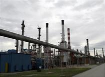 <p>Les prix du pétrole ont clôturé en hausse mardi sur le marché new-yorkais alors que l'ouragan Isaac se rapprochait des côtes de la Louisiane, forçant de nombreuses compagnies implantées dans le golfe du Mexique à interrompre les pompages de brut et l'activité des raffineries. /Photo d'archives/REUTERS/Ivan Milutinovic</p>